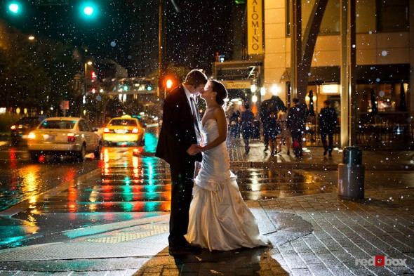 Nora and Neill, the bride and groom, kiss in the rains outside the Bellevue Art Museum. (Photo by Dan DeLong/Red Box Pictures)
